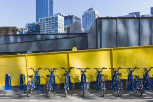 Una parada de bicis de alquiler compartidas en Melbourne (Australia).