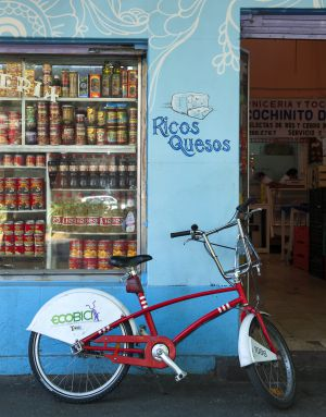 Una bicicleta de la red pública Ecobici, en México D.F., ante una tienda de alimentación.