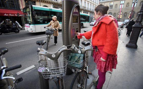 Una chica en una de las estaciones del sistema público de bicicletas Vélib', en París.