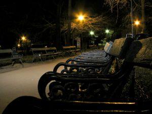 Vista nocturna del parque de Cismigiu, en Bucarest (Rumanía).