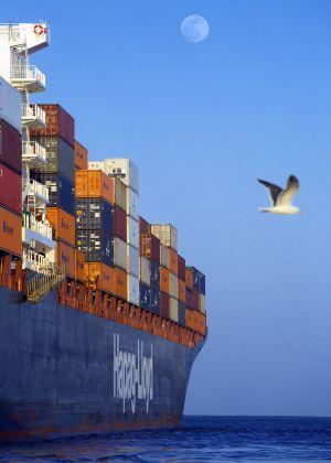 Un barco de carga saliendo del puerto de Los Ángeles (Estados Unidos).