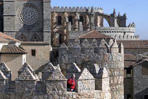 Una perspectiva de Ávila en la que la muralla se funde con la catedral.