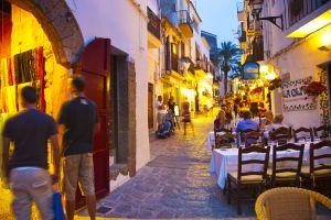 Terrazas y tiendas en Dalt Vila, la parte vieja de la ciudad de Ibiza.