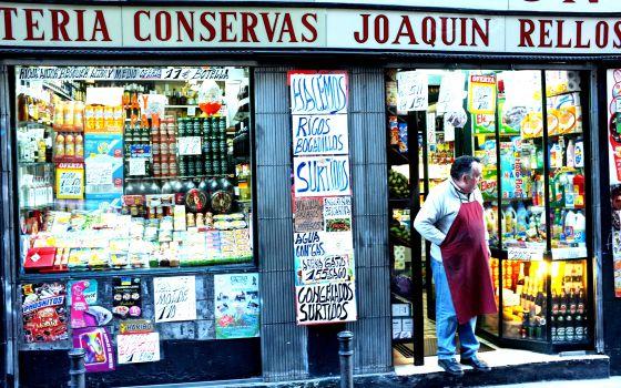 Un ultramarinos de toda la vida en la calle de La Palma, en el madrileño barrio de Malasaña.