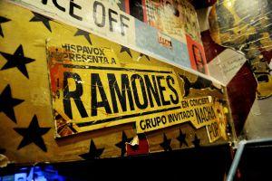 Carteles en La Vía Láctea, mítico garito de la calle de Velarde, en el barrio de Malasaña (Madrid).