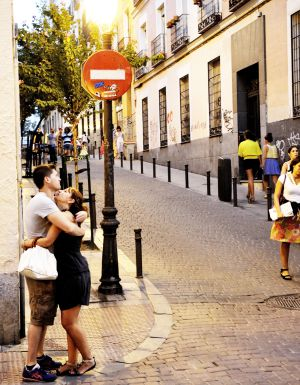 Una pareja por las calles del barrio de Malasaña, en Madrid.