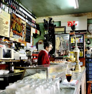 Vermú de grifo sobre la barra de Casa Camacho, en el número 4 de la calle de San Andrés, en Malasaña (Madrid).