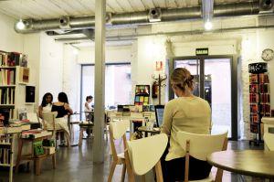 Tipos Infames, uno de los nuevos vecinos del barrio en la calle de San Joaquín, es una librería, cafetería, enoteca y sala de exposiciones que abrió en octubre de 2010.