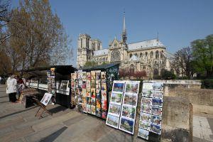 'Bouquinistes' en la orilla izquierda del Sena, en París, con la catedral de Notre Dame al fondo.
