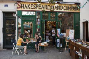 Terraza de la librería Shakespeare and company, en París.