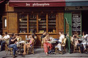 Cafés en la Rue Vieille du Temple de París.