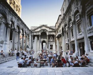 Terraza en el palacio de Diocleciano de Split (Croacia).