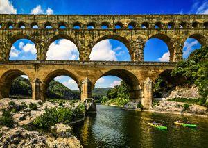 Piragüistas pasando bajo el Pont du Gard, cerca de Nimes (Francia).