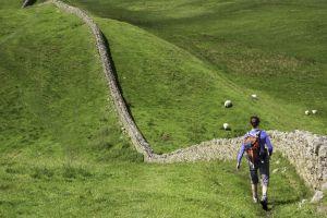 Un senderista caminando junto al muro de Adriano, en Northumberland (Reino Unido).