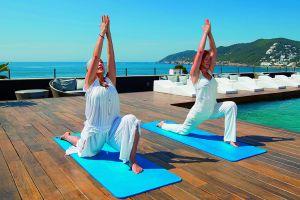 Una sesión de yoga en la terraza del hotel Aguas de Ibiza, que estrena este año un restaurante del chef Sergi Arola.