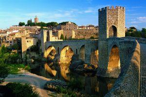 El pueblo medieval de Besalú, que puede servir de punto de partida para una ruta por la comarca de La Garrotxa (Girona).