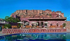 Piscina del hotel Raas de Jodpur, en India, incluido en las ofertas de Design Hotels.