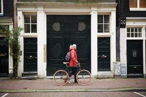 Un joven con una Roetz Bike, proyecto social que crea bicis nuevas a partir de cuadros antiguos.