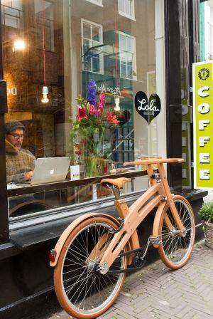 'Boughbike', de madera, aparcada en un café.