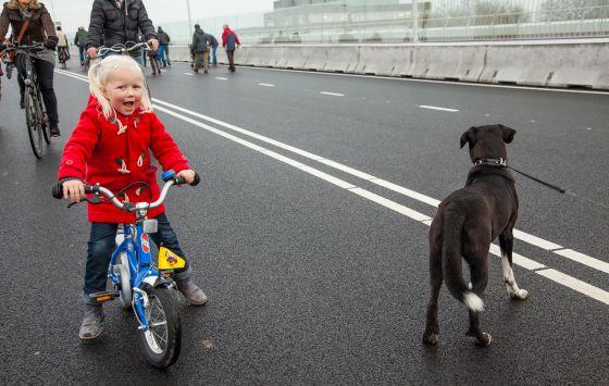 Una niña con su bicicleta en Nijmegen
