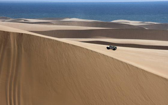 Ruta en todoterreno por las dunas del desierto de Namib, cerca de Sandwich Harbour (Namibia).