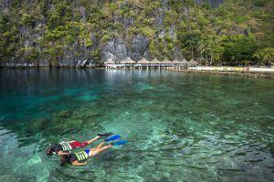 Dos bañistas practicando snorkel frente a un resort en El Nido, en la provincia de Palawan (Filipinas).