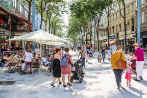 La rehabilitada calle de Mariahilferstrasse, eje central del barrio de MaHü de Viena.
