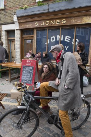 Ambiente dominguero en Ezra Road, en el barrio londinense de Hackney, frente a S. Jones Dairy.