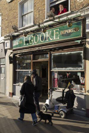 El restaurante F. Cooke sirve anguilas con puré de patatas desde 1900 en el número 9 de Broadway Market. Por las noches alberga un club de ginebra.