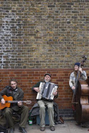 Anton Wunderlich (guitarra), Dakota Jim (acordeón) y Louisa Jones (contrabajo) tocan, como cada domingo, en la londonense Ezra Road.