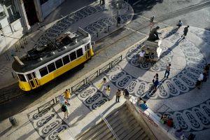 Un tranvía de la histórica línea 28 a su paso por la plaza Luís de Camões, en el barrio del Chiado.