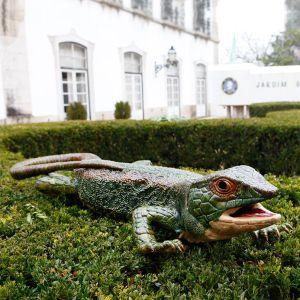Jardín Bordallo Pinheiro con la figura de un lagarto del dibujante y ceramista.