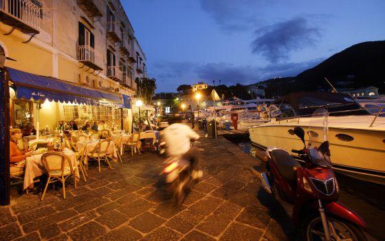 Restaurantes en el muelle de Ischia, en Italia.