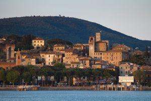 Pueblo de Passignano (Italia), a orillas del lago Trasimeno, visto desde el ferry.