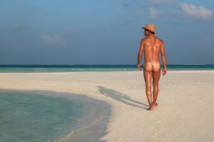 Un naturista en una lengua de arena.