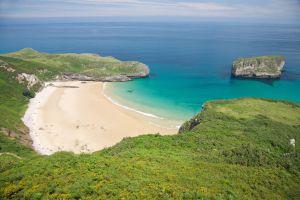 La playa de Ballota, cerca de Llanes (Asturias).