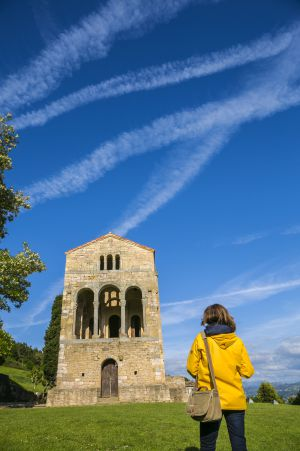 La iglesia de Santa María del Naranco, del siglo IX, en Asturias.