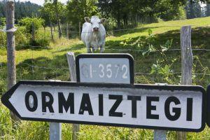 Cartel del pueblo de Ormaiztegi en el Camino Vasco-Riojano, a su paso por Goierri (Gipuzkoa).