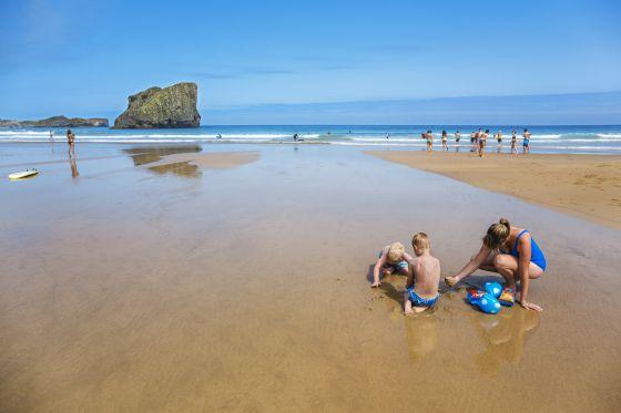 La playa de San Martín es uno de esos paraísos que solo se disfrutan con marea baja. / GONZALO AZUMENDI
