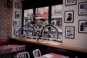 Interior de Schwartz's burguer, en el barrio de Le Marais, en París.