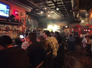 Ambiente de viernes noche en Kuma's Corner, una de las mejores hamburgueserías de Chicago.