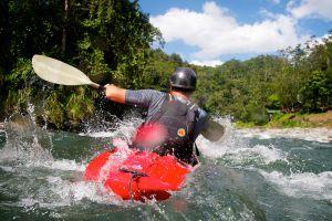 Descenso de aguas bravas en el río Pacuare (Costa Rica).
