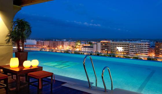 C rdoba center un hotel con traje de luces el viajero for Follando en la piscina del hotel