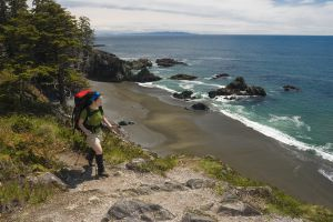 Una senderista en el West Coast Trail, dentro del parque nacional Pacific Rim, en la isla de Vancouver (Canadá).