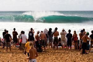 Surfistas y aficionados durante un torneo de surf en el Banzai Pipeline, uno de los mejores tubos de la isla de Oahu, en Hawai.