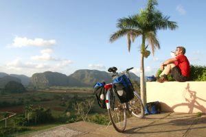 Ruta en bicicleta por el valle de Viñales, en Cuba.