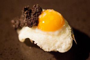 Niguiri de huevo de codorniz con trufa, en el restaurante A Japanese Kirikata, en Madrid.