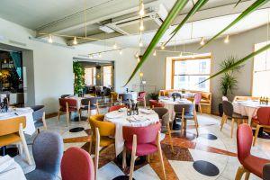 Sala del restaurante Atalanta, con vistas a la Gran Vía, en Madrid.