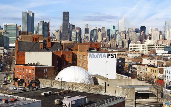MoMA PS1, en Queens, con el 'skyline' de Manhattan al fondo, en Nueva York