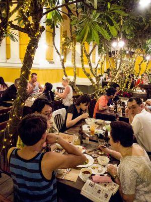 Patio del popular restaurante Nha Hang Ngon, en Ciudad Ho Chi Minh, la antigua Saigón (Vietnam).